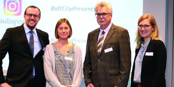 (v.l.): Prof. Dr. Rüdiger Breitschwerdt, Jana Dördelmann, Prof. Dr. Roland Trill und Anna-Lena Pohl (Foto: Brückenbauer)
