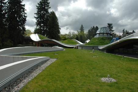 Harmonische Verknüpfung von Architektur und Natur - Das Gründach des VanDusen Botancial Garden Visitor Center in Vancouver