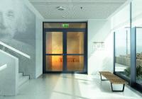 Um die Verbreitung von Flammen und Rauch auch im Gebäude innerhalb von Etagen zu verhindern, steht mit Schüco FireStop eine Türenplattform zur Verfügung, die wahlweise 30 oder 90 Minuten Feuerwiderstand sowie Rauchschutzanforderungen abdeckt / Bildnachweis: Schüco International KG