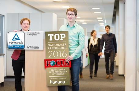 Kathrin Pogrzeba (Personalleitung Minden) und Kevin Wöbbeking (Dualer Student Wirtschaftsingenieurwesen) präsentieren die neuen Arbeitgeberauszeichnungen (Foto: WAGO)