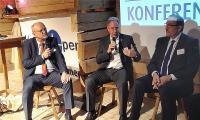 Herbert Kindermann (Geschäftsführer Allgeier IT Solutions), Reiner Kasperbauer (Geschäftsführer, MDK Bayern) und Prof. Dr. med. Siegfried Jedamzik (Facharzt für Allgemeinmedizin) (v.l.n.r.) diskutieren, wie der Wissenstransfer aus anderen Branchen gelingen kann