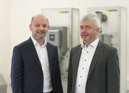 Früher Geschäftsführer-Kollegen, jetzt Kooperationspartner: Xaver Auer, Sesotec GmbH (links im Bild) und Peter Mayer, Premium Magnets