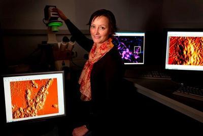 Dr. Rikke Meyer im iNano der Universität Aarhus, Dänemark – mit ihrem JPK NanoWizard® SPM System / Foto: Mikal Schlosser, Herlev, DK (www.mikals.dk)