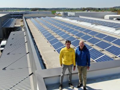 Martin Böckler und Ludwig Heinloth vor der Photovoltaik-Anlage