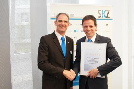 SKZ Institutsdirektor Prof. Martin Bastian bei der feierlichen Übergabe des Nachwuchspreises an Dr. Nicola Kocic.