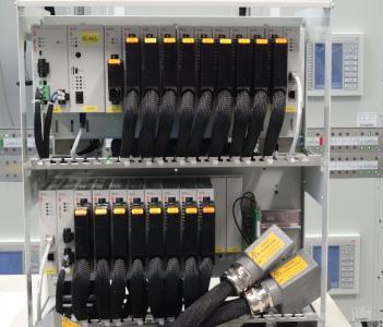 Im Prüffeld der IDS GmbH werden die Systeme für Amprion aufgebaut und getestet