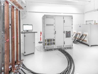 Sedotec hat einen eigenen Erwärmungsprüfstand für die Prüfung der modularen Kit-Systeme seiner Vamocon Niederspannungs-Schaltanlagen in Betrieb genommen /© SEDOTEC