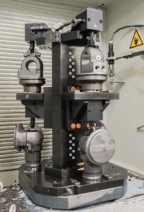 Sichere Spannung von Gehäusen in einem Spannturm. Hier werden die Vorteile der Hydraulischen Spanntechnik mit der Nullpunkt-Spanntechnik kombiniert