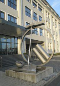 Bild 1: lackierte Edelstahlskulptur