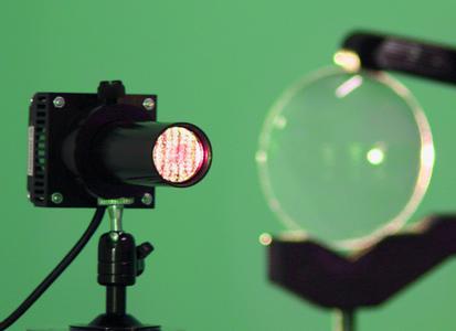 Der EPI-Projektor: sein kollimiertes Licht und ein Spektrum nahe dem Weißlicht lassen auch kleinste Linsenfehler erkennen.