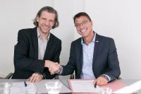 """Vertragsunterzeichnung in der """"Bonner Auermühle"""" (v.l.n.r Dr. Christoph Erdmann Geschäftsführer Secusmart, Martin Kaloudis, Chief Executive Officer (CEO) BWI (Bildquelle: BWI)"""