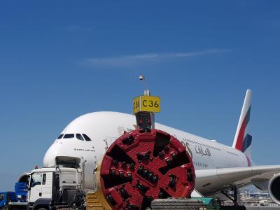 Eine AVN-Maschine von Herrenknecht (Ø 3.025 mm) hat drei Haltungen eines neuen Entwässerungstunnels mit einer Gesamtlänge von 2.200 Metern unter dem Rollfeld des Dubai International Airport aufgefahren, ohne den Flugbetrieb zu beeinträchtigen