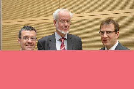 Dr. Josef Klinger (l.) vom TZW Karlsruhe, Dr. Thomas Rapp (r.) vom Umweltbundesamt und Dr. Anton Klassert diskutierten darüber, welche Auswirkungen mangelnde europäische Regelungen im Bereich Trinkwasser auf den Verbraucherschutz haben. Bild: Deutsches Kupferinstitut.