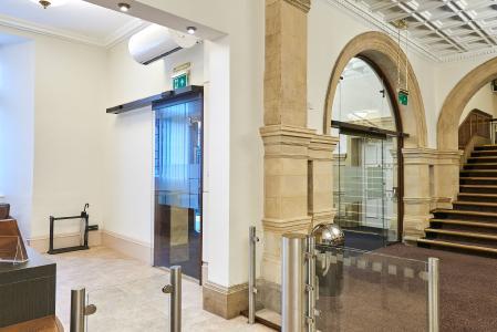 Eingangshalle: Automatische Schiebetürsysteme von GEZE in historischer Architektur / Fotos: GEZE GmbH