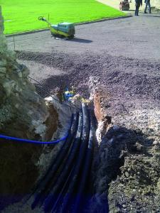 Die Flexibilität der Kunststoffleitungen ermöglicht eine schnelle und praxisfreundliche Verlegung von der Rolle mit nur wenigen Rohrverbindungen. Das senkt die Baukosten deutlich / Fotonachweis: Thermaflex/txn
