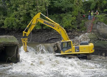 Atlas Copco Hämmer gehen auf Tauchstation für den Abbruch von zwei Dämmen am Cuyahoga River, Ohio