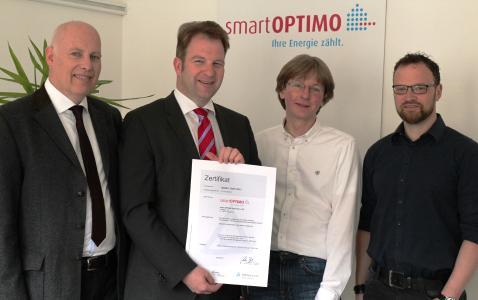 Freuen sich über die erfolgreiche Zertifizierung der SmartOPTIMO GmbH & Co. KG (von links): Manfred Heyne (Projektteam), Dr. Fritz Wengeler(Geschäftsführer), Christian Laux (Projektteam) und Sven Kuse (Projektleiter) / Bild: smartOPTIMO
