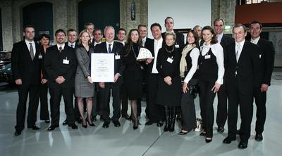 Ausgezeichnet – Uwe Jungk (CEO Ricoh Deutsch-land; mit Urkunde) und Mitarbeiterinnen und Mitarbei-ter von Ricoh Deutschland bei der Verleihung des LEP in Berlin