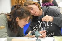 Selbst ausprobieren und an die Schüler weitergeben. Lehrkräfte erhalten Impulse für ihren MINT-Unterricht. Foto: IJF