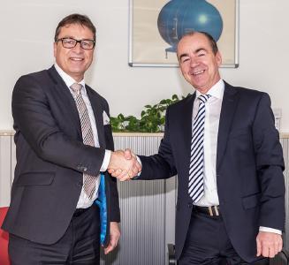 Wolfgang Niedziella (VDE) und Christian Keding (Eurofins) besiegeln die Kooperation