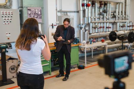 Prof. Dr. Johannes Gulden erklärte den virtuellen Besuchern Wasserstofftechnologien vor laufender Kamera.