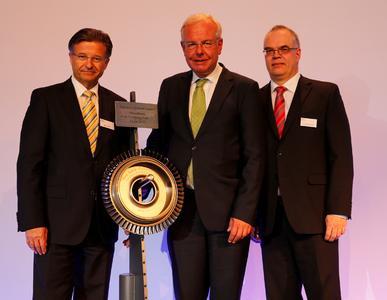 (v.l.r.) Egon Behle, Vorstandsvorsitzenden der MTU Aero Engines, Staatsminister Thomas Kreuzer (MdL) und Technik-Vorstand Dr. Rainer Martens.