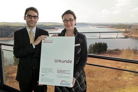 Diana Jäger, Mitglied der Direktion des Bio-Seehotels Zeulenroda und Dr. Christian Reisinger, Projektleiter bei ClimatePartner
