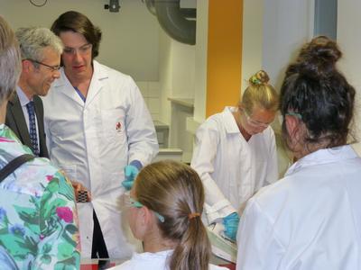 Nicht nur die Schülerinnen, sondern auch die Festgäste waren im Schülerlabor für Faserverbundwerkstoffe mit Eifer bei der Sache