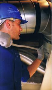 Mittels modernster Technik reinigen und desinfizieren Mitarbeiter raumlufttechnische Anlagen
