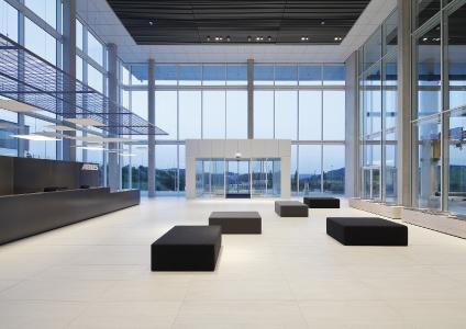 Im neuen Vertriebsgebäude des Kranherstellers ABUS: Die automatische Schiebetüranlage im Haupteingang und alle RWA-Abluftsysteme der Dachflächen können zentral überwacht und bedient werden. Über BACnet-Schnittstellenmodule IO 420 von GEZE sind sie in die BACnet-basierte Gebäudeleittechnik integriert  / Foto: ABUS Kransysteme GmbH