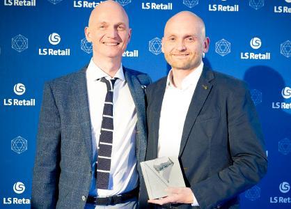 Magnus Norddahl überreicht Maciej Drozdz den Preis
