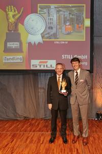 René Khestel (r.), Geschäftsführer der Weka Business Medien, überreichte den handling award 2015 für den STILL EXV-SF an Matthias Klug (l.), Leiter der internationalen Unternehmenskommunikation von STILL (Foto: STILL GmbH)