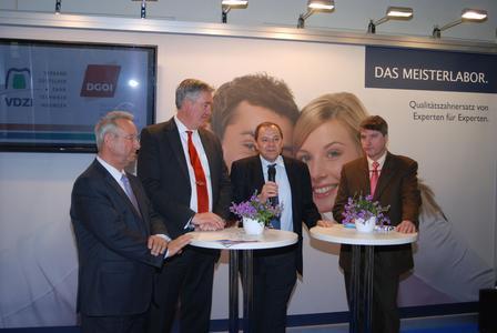 Haben auf der IDS das Programm zum DGOI-Jahreskongress vorgestellt: VDZI-Präsident Uwe Breuer, DGOI-Vorstandsmitglied Dr. Peter Finke, DGOI-Präsident Dr. Georg Bayer und VDZI-Vorstandsmitglied Dominik Kruchen (v.l.)
