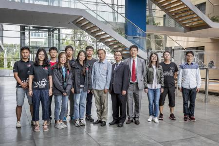 Professor Li vierter von rechts mit einer Gruppe von Studenten und zwei weiteren Lehrkräften bei RhAuto in Neckarsulm