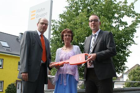 (v.l.n.r.) Sie halten den Schlüssel zum erfolgreichen Schadenservice in der Hand: Uwe de Vries, Angela Kunz (beide Hahn Gruppe) und Wolfgang Kleikamp (LeasePlan)