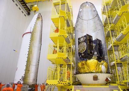 Galileosatelliten Andriana und Liene kurz vor dem Schließen der Sojus-Fairing