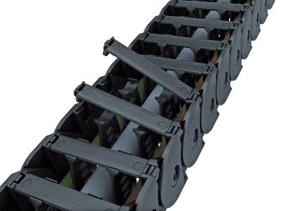 Die Energieführungskette ist für den optimalen Leitungsschutz mit verriegelbaren Bügeln ausgestattet, die je nach Stegbauart an beliebiger Stelle innen aufklappbar sind
