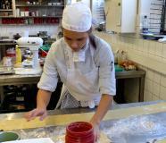 Köchin in Aktion: Klara Soos bei der Vorbereitung ihrer Vorspeise, Foto: Gebhard/ Region Hannover
