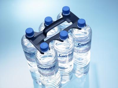 Er verbindet optimale Produktpräsentation mit hoher Ergonomie und ersetzt die Schrumpffolien, mit denen Wasserflaschen & Co. bislang verpackt waren.