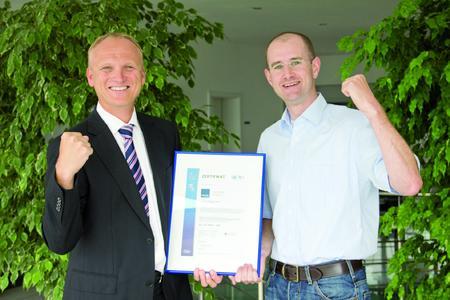Christian Skala, Vorstandsvorsitzender der SCALTEL AG (links), und Tim Stachel, ISOVerantwortlicher bei der SCALTEL AG, sind stolz auf die erreichte ISO 20000-Zertifizierung (Foto: SCALTEL AG)