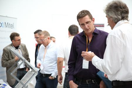 Rund 25 renommierte ITK-Hersteller nutzten den Partnerkongresses, um ihre neuen Lösungen zu präsentieren, und standen den Partnern für alle Fragen zur Verfügung. Im Bild: Ulrich Meinert, StentofonBaudisch GmbH, im Gespräch mit Marco Theiss, PARIT GmbH