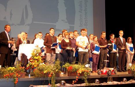 Die besten Azubis 2012 aus dem Main-Tauber-Kreis wurden ge-ehrt im Kurhaus Bad Mergentheim unter der Moderation von Dr. Alexander Dambach (links)