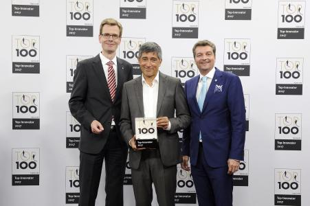 Dr. Jan Stefan Michels (li.) und Michael Matthesius (re.) von Weidmüller freuen sich im Beisein von Ranga Yogeshwar (mi.) über die Auszeichnung als eines der innovativsten Unternehmen des deutschen Mittelstands