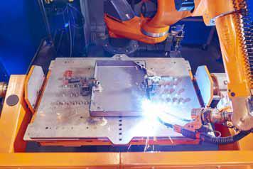 Die große Reichweite des siebenachsigen Roboters vereinfacht und beschleunigt das Schweißen der komplexen Werkstücke.
