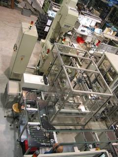 Die Entgratung der Drosselklappengehäuse erfolgt in einer in die Fertigungszelle integrierten, vollautomatischen Wendebalkenanlage WS 1200-S1 durch ein auf Werkstoff und Teilegeometrie abgestimmtes Granulat.