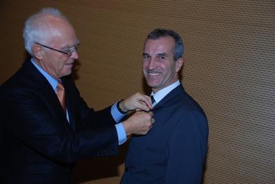 IHK-Präsident Thomas Philippiak zeichnete Albrecht Reimold mit der IHK-Ehrennadel aus