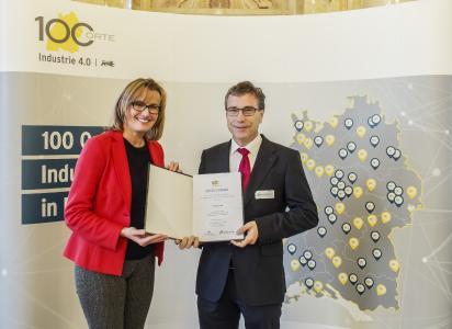 Die Auszeichnung von Wirtschaftsstaatssekretärin Katrin Schütz nahm für FORCAM Dr. Alexander Schließmann in Stuttgart entgegen - Bildquelle: Martin Storz