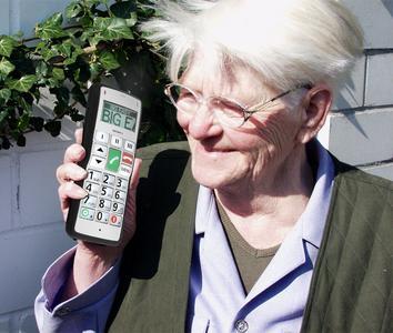 Seniorin mit fitage-Handy