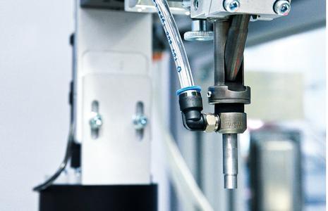 Die Schraubeinheiten vom Typ SE15/70 verschrauben in einer Station selbstformende Kunststoffschrauben auf ein Anzugsmoment von 0,22 Nm