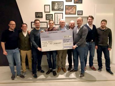 Michael-Rouven Heyder, Niederlassungsleiter der SCALTEL AG in Wiesbaden, übergibt den Spendenscheck in Höhe von 1.000 Euro an den Round Table Rheingau
